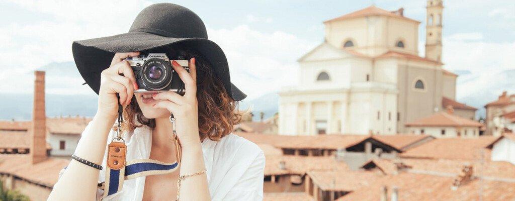 Fotografin in Rom bei wunderschönem Wetter mit alter Kamera