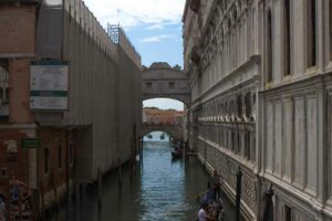 Fluss mit 2 Gebäuden in Venedig