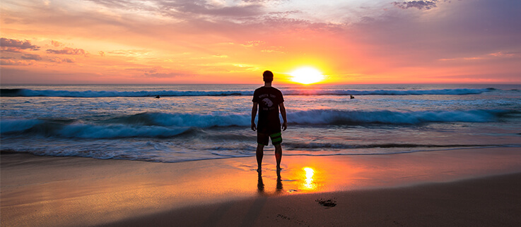 Sonnenuntergang am Strand mit Person