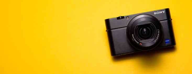 Sony Kamera auf gelben Untergrund
