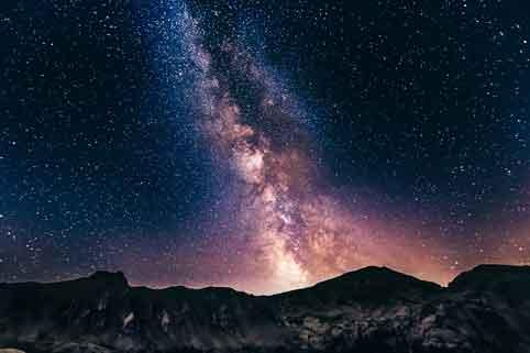 Sternenhimmel mit Milchstrasse in den Bergen